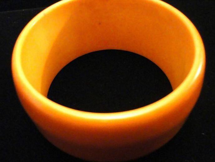 Reduced VINTAGE 50s BAKELITE Wide Pumpkin tapered Dome Bangle bracelet