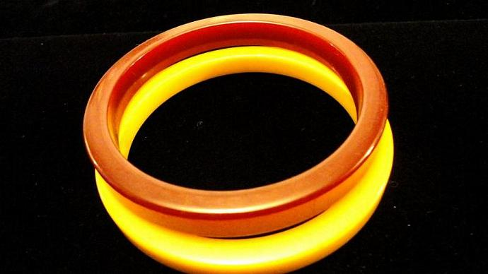 VINTAGE 50s Delicious Pair of Sliced Bakelite in Bangles Butterscotch and
