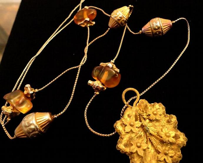 VINTAGE 30s Delicate gold tone chain with Amber and barrel shaped nuggets