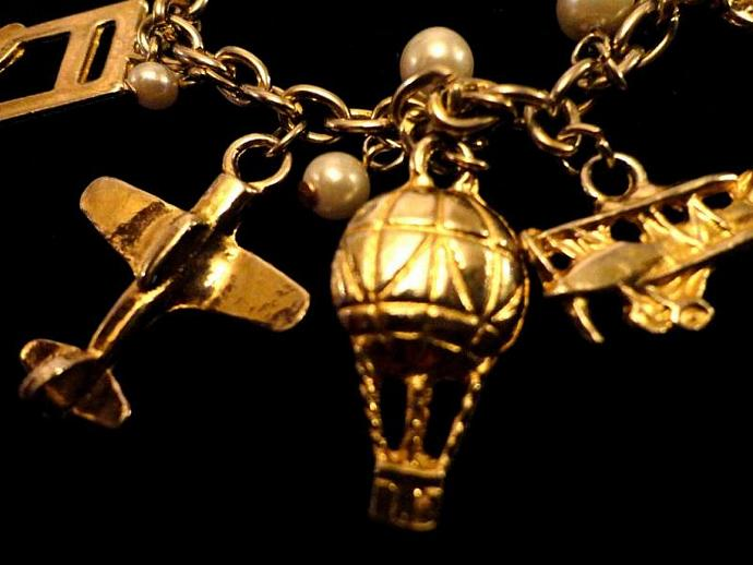 VINTAGE 80s Heavy gold-tone linked bracelet with dangling charms and 6mm faux