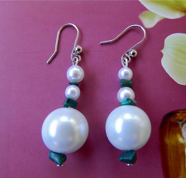 Faux  pearls  and  malachite  chips  earrings