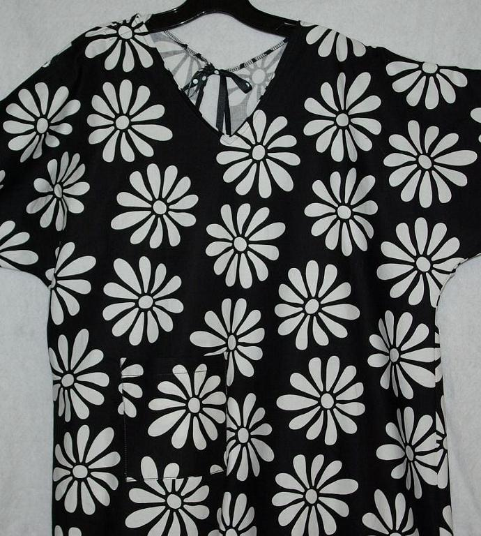 Black and White Daisy Hospital Gown