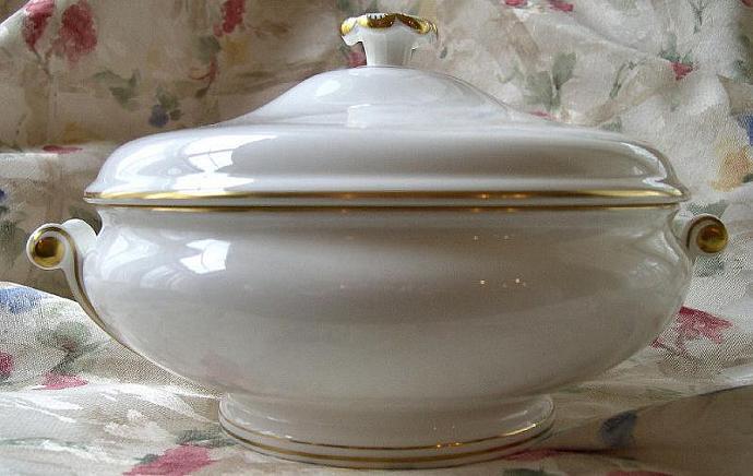 Large Covered Serving Bowl 1972 Vintage Wedgwood Porcelain, 'Gloucester'