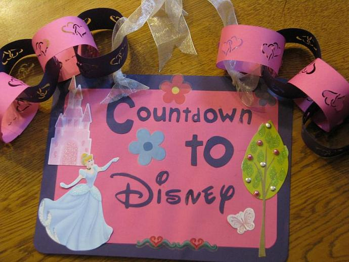 Princess Disney- Countdown to Disney Hanger- Includes a chain for kids to take