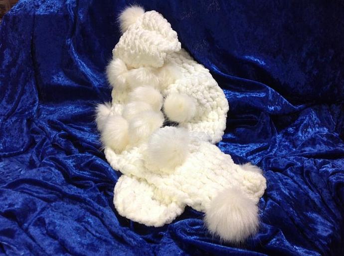 CROCHETED  WHITE  NECKWARMER    900 -002