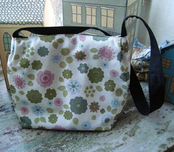 Shoulder bag in white with pastel coloured flowers. No. 438