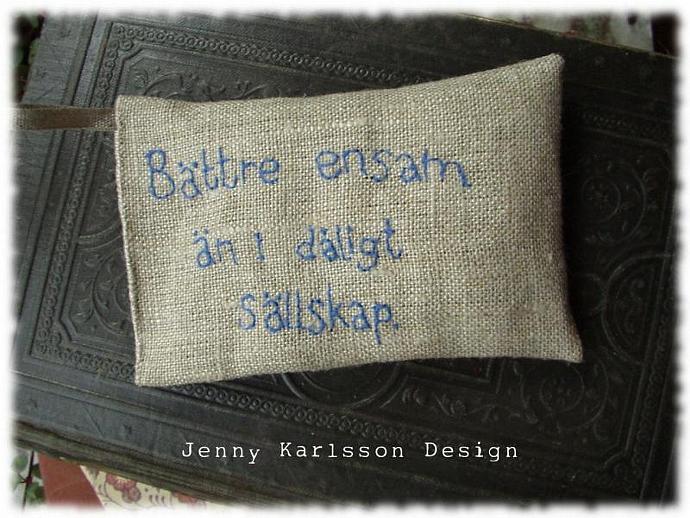 Lavender sachet in white linen with embroidered text 'Bättre ensam än i dåligt