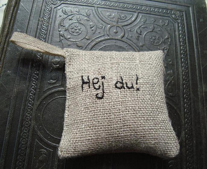 Lavender  sachet in linen with Swedish embroidered text 'Hej du'