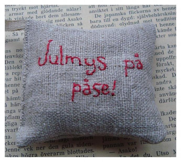 Julmys på påse Embroidered sachet filled with cardamom and cloves