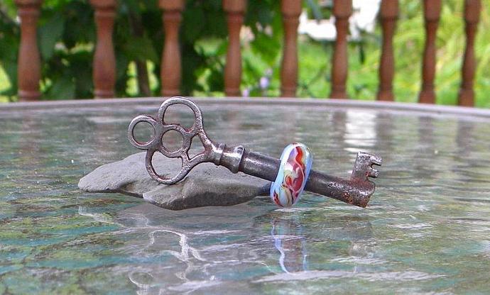 Skeleton key with twisty bead