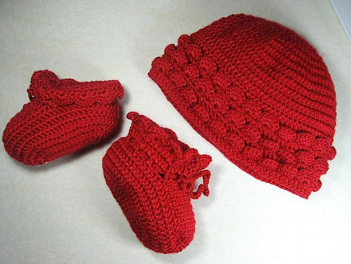 Hat and booties set in red for newborn babies to 6 months