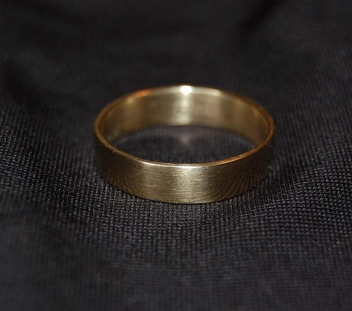 Little, little bit of Heart Yellow Gold Wedding Band