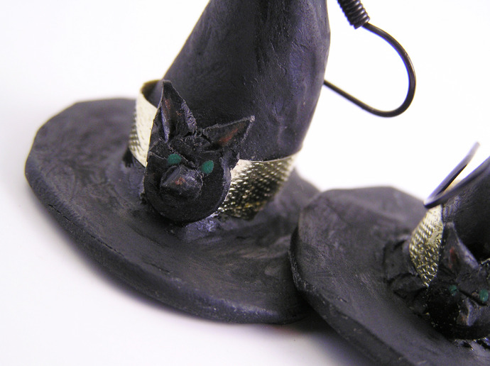 Witch hat earrings with black cat button detail