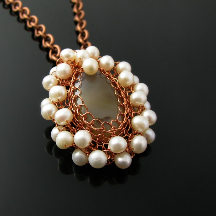 Romantic wire knit agate pendant with freshwater pearls
