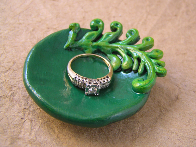 Fern ring bowl in shades of green