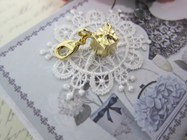 Royal Gift Box with a Bow Charm - Gold